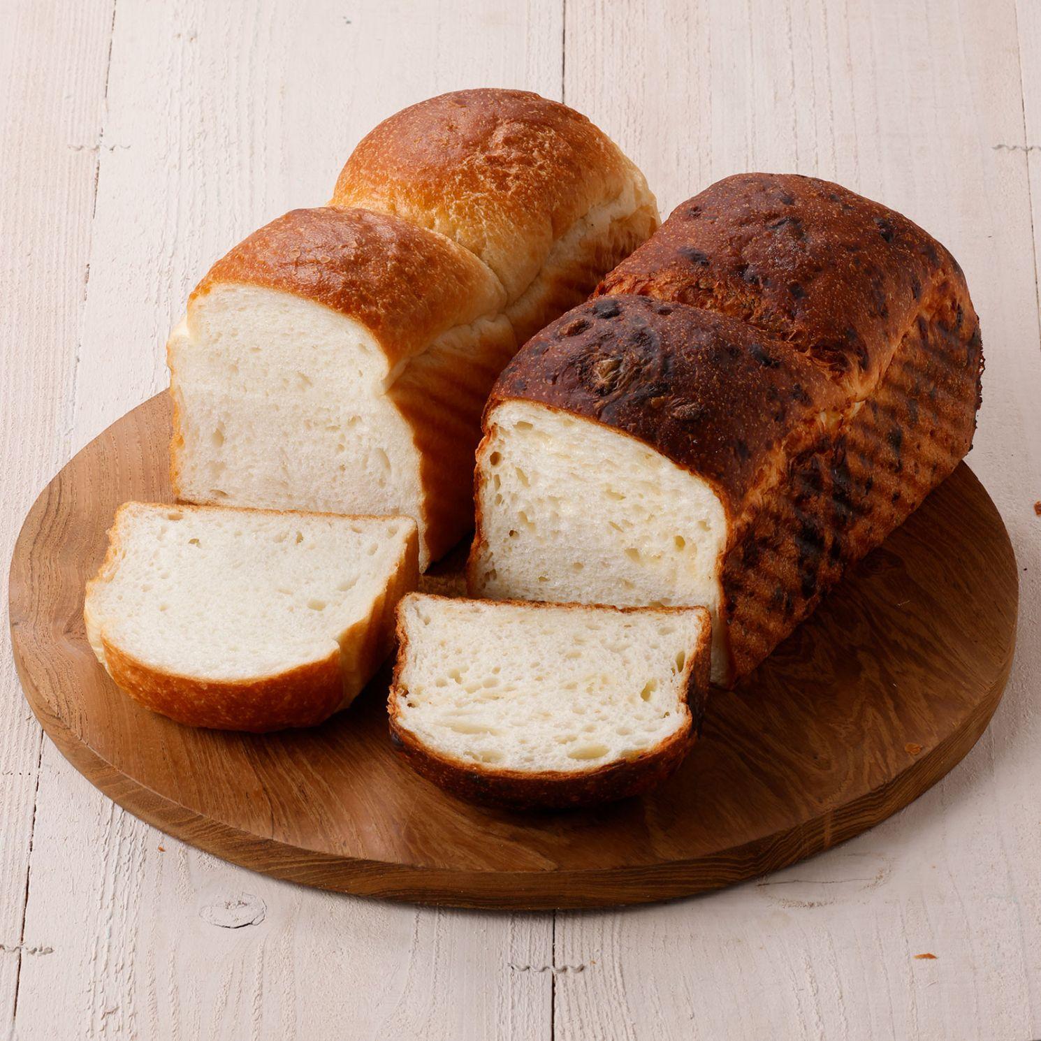 もちもち食感のプレーン食パンと、ゴーダチーズとグリュイエールチーズを練り込んだチーズ食パンの2本セット