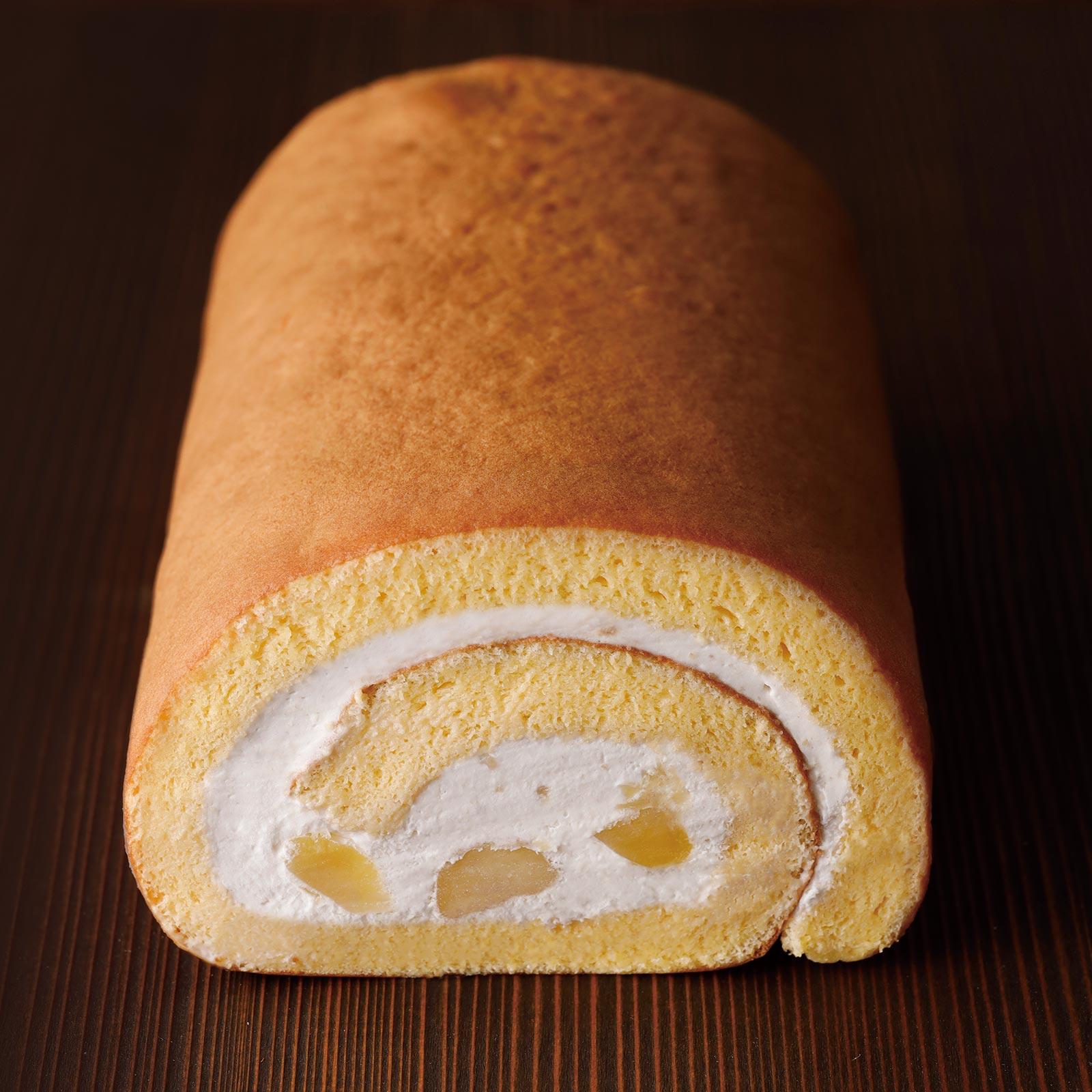 鳥取県産はちみつを練り込んだしっとりスポンジで、和栗ペースト入りのクリームと国産栗の甘露煮を巻き込んだ、秋だけの和栗のロールケーキ