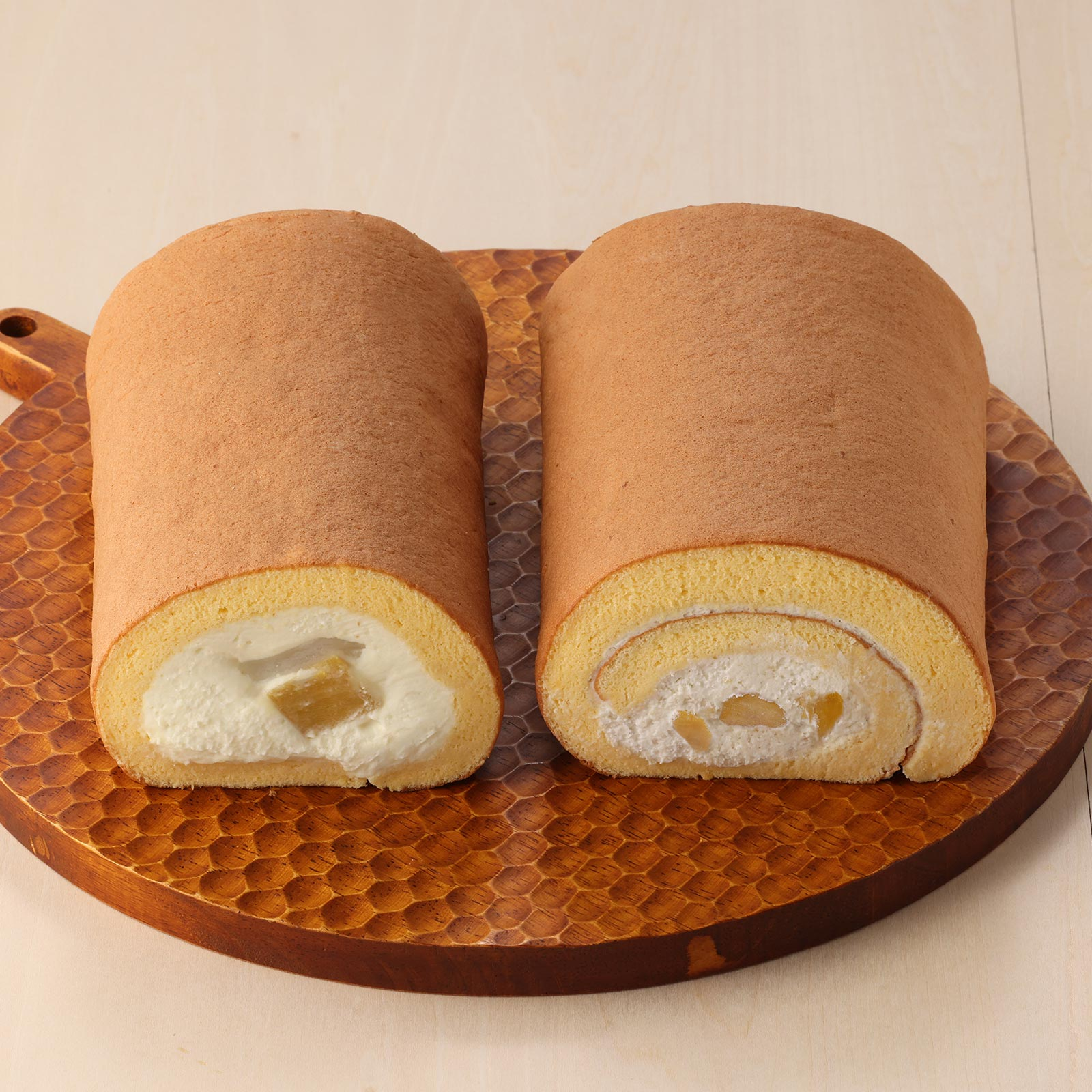 国産栗の甘露煮が入った和栗ロールケーキと安納芋の芋ようかんや求肥を巻き込んだお芋のロールケーキの2本セット