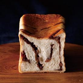 オーガニックの粒あんをマーブル状に練り込んだ、しっとりもちもちのあん食パン
